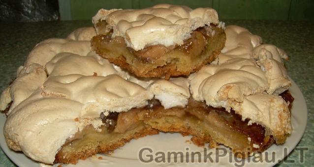 Obuolių pyragas po baltymų kepurėle